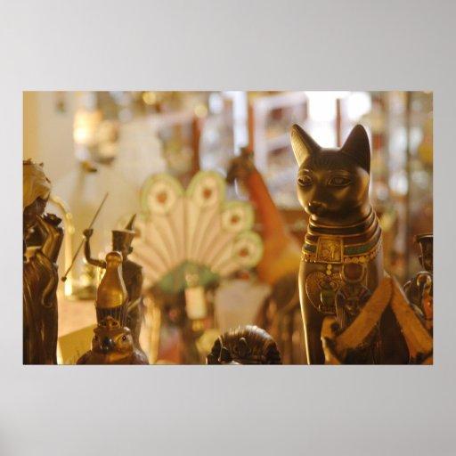 Janela da loja com escultura do gato pôsteres