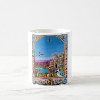 Janela no castelo italiano pela caneca de café do