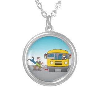 Jogado sob o ônibus colar banhado a prata