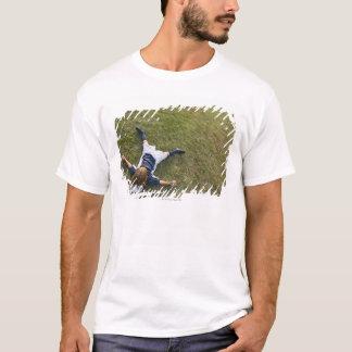 Jogador de futebol com cabeça no futebol camiseta