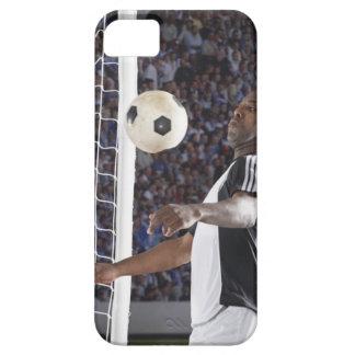 Jogador de futebol que enfrenta a bola do meio do capas para iPhone 5