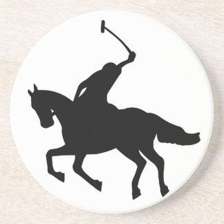 Jogador do polo em horseback. porta copos para bebidas