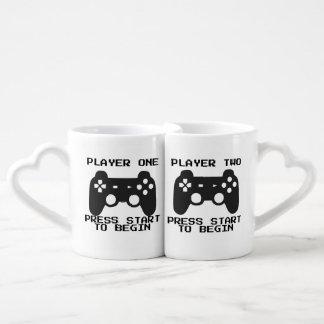 Jogador uma & dois canecas do casal