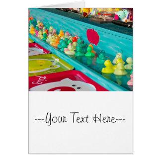 Jogo justo plástico colorido dos patos cartão