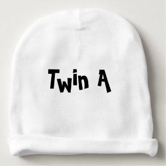 Junte uma peça branca do chapéu do bebê de um gorro para bebê