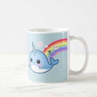 Kawaii bonito narwhal com as estrelas do arco-íris caneca de café