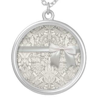 Laço velho do casamento branco do vintage do colar banhado a prata