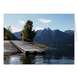 Lançamento do barco e doca de madeira o lago cartão comemorativo