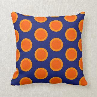 Laranjas das bolinhas no travesseiro azul