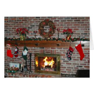 Lareira da lareira do Natal com cartão da grinalda