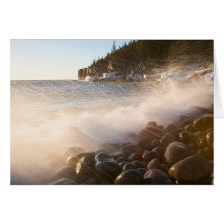 Lavagens do surf sobre os cobblestones no cartão comemorativo