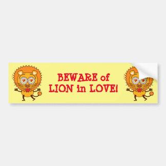 Leão bravo que sente descontroladamente no amor adesivo para carro