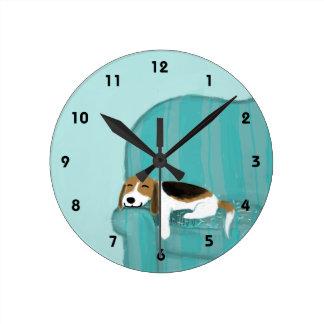 Lebreiro feliz do sofá - design bonito do cão relógio redondo