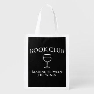 Leitura do clube de leitura entre os vinhos sacolas ecológicas