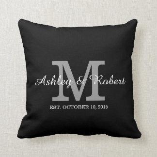 Lembrança preto e branco do casamento do monograma travesseiros de decoração