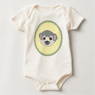 Lemur engraçado do bebê olhar fixamente macacãozinho
