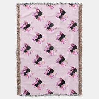 Lençol Gato na cobertura cor-de-rosa do lance das flores