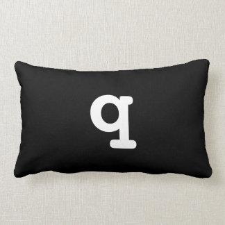 Letra Lowercase q do travesseiro preto e branco do