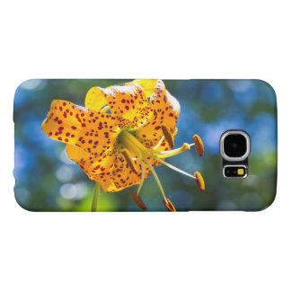Lírio de tigre na capa de telefone azul