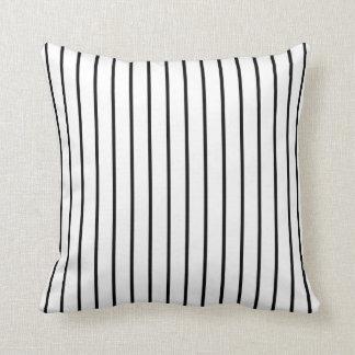 Listrado preto e branco travesseiro de decoração
