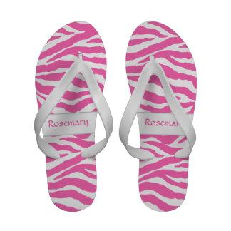Listras da zebra no rosa quente em seus chinelos
