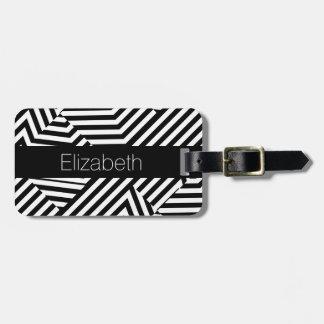 Listras geométricas preto e branco na moda com etiqueta de bagagem