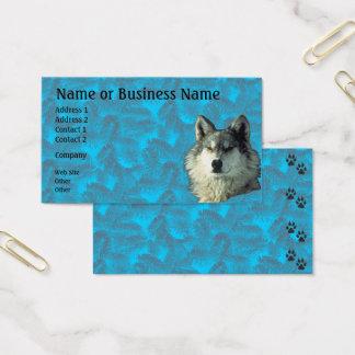 Lobo do inverno com negócio Spruce ou cartão de