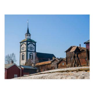 Local Roros do UNESCO, Noruega. Igreja e casas Cartão Postal