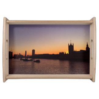 Londres na bandeja do serviço do por do sol