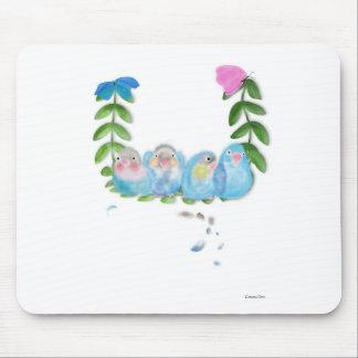 Lovebirds azuis engraçados com relógio das borbole mouse pad