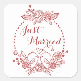 Lovebirds vermelhos do recem casados floral de adesivo quadrado