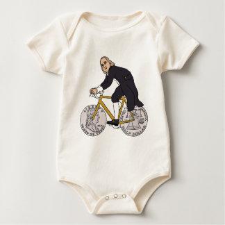 Macacãozinho Ben Franklin em uma bicicleta com as rodas do meio