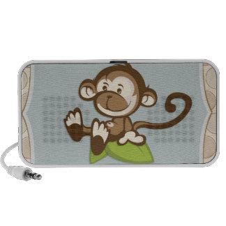 Macaco bonito em um auto-falante da folha caixinha de som