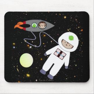 Macacos em aliens da caminhada do espaço mouse pad