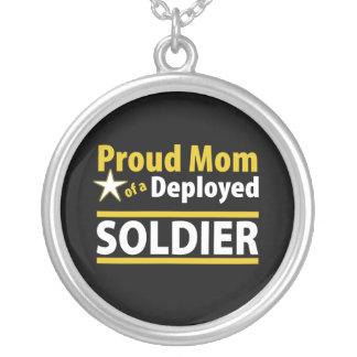 Mamã orgulhosa de uma colar distribuída do soldado