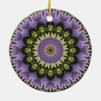 """""""Mandala floral roxa e verde do Lilac roxo"""" Ornamento De Cerâmica Redondo"""