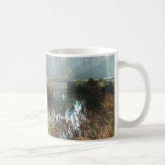 Manhã enevoada caneca de café