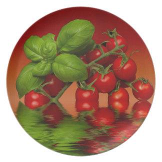 Manjericão vermelha dos tomates de cereja prato de festa