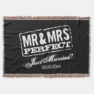 Manta O Sr. e a Sra. recem casados cobrem o presente