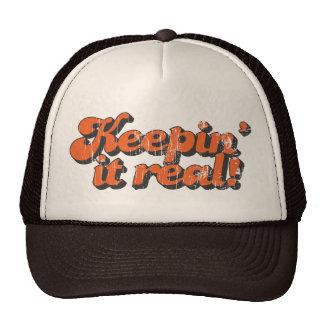 Mantendo o chapéu real do camionista boné