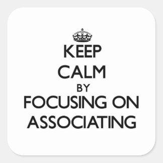 Mantenha a calma centrando-se sobre a associação adesivo em forma quadrada