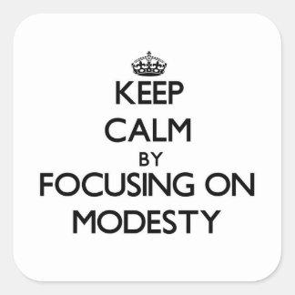 Mantenha a calma centrando-se sobre a modéstia