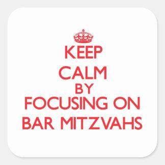 Mantenha a calma centrando-se sobre o bar Mitzvahs Adesivo Quadrado