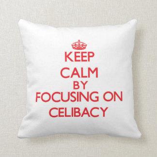 Mantenha a calma centrando-se sobre o celibato travesseiros