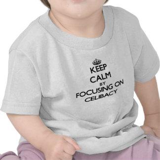 Mantenha a calma centrando-se sobre o celibato t-shirts