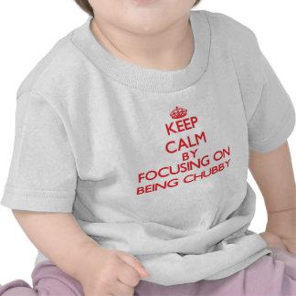 Mantenha a calma centrando-se sobre ser carnudo t-shirt