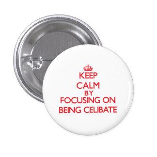 Mantenha a calma centrando-se sobre ser celibato botons