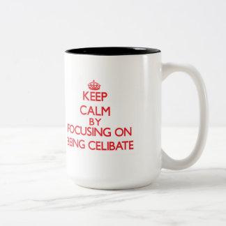 Mantenha a calma centrando-se sobre ser celibato canecas