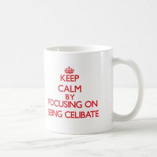 Mantenha a calma centrando-se sobre ser celibato caneca
