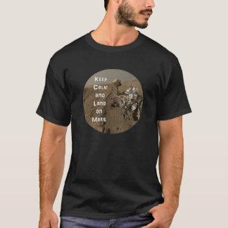Mantenha a calma e a terra em Marte T-shirt